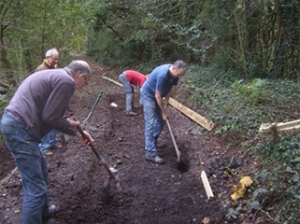 volunteer-fobb-repair-footpath-bowdon-bollin